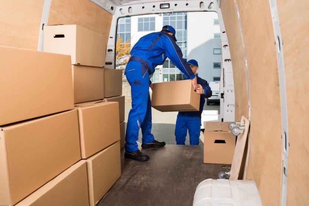 Pregătim cu grijă fiecare colet. Punem cutiile în mașini speciale și apoi pornim distribuirea de colete în Germania.