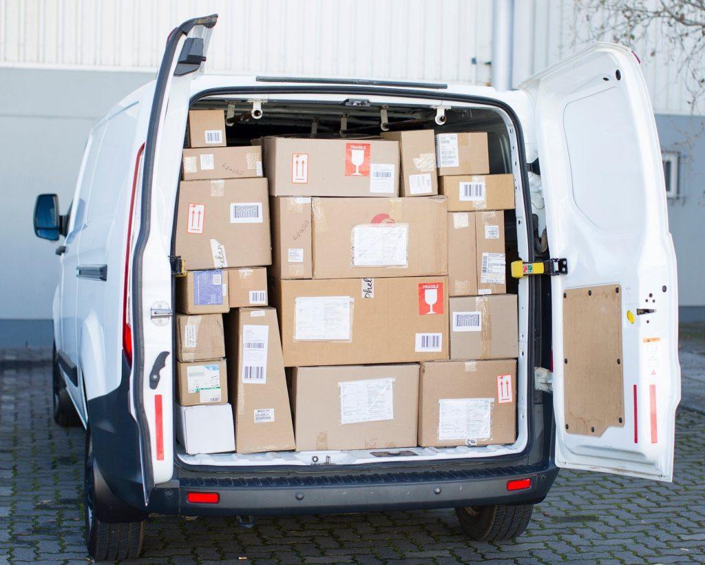 Coletele dumneavoastră sunt foarte bine organizate în mașinile noastre.  Apoi ele sunt livrate în cel mai scurt timp către destinație.