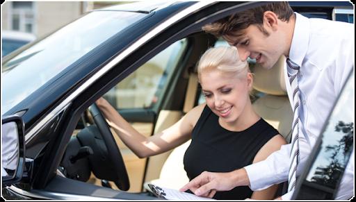 O femeie care semnează actele pentru închirierea mașinii.  Aveți grijă cui permiteți să se apropie de vehicul