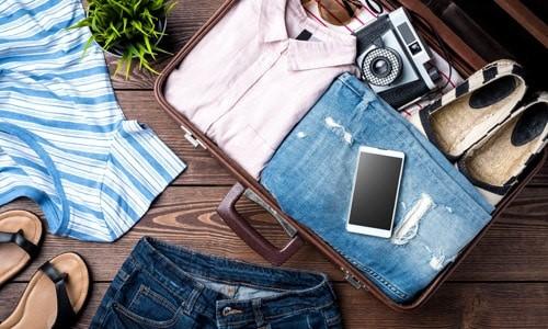 Telefon mobil de rezervă, un aparat foto scump sunt foarte tentante pentru hoții profesioniști.   Dacă poți să te lipsești de aceste dispozitive, lasă-le acasă.